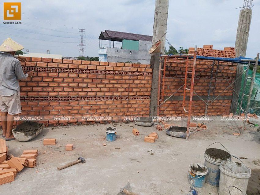 Công nhân thi công xây tường bao, tường ngăn ở lầu 1 - Ảnh 2