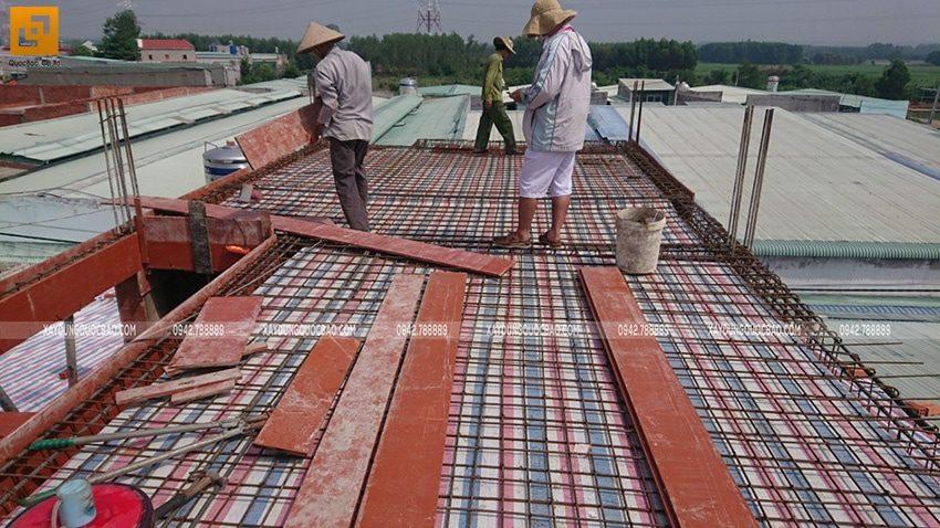 Công đoạn đóng ván khuôn lầu 2 chuẩn bị đổ bê tông dầm, sàn - Ảnh 3