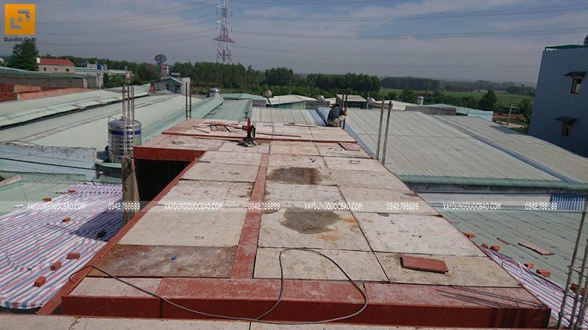 Công đoạn đóng ván khuôn lầu 2 chuẩn bị đổ bê tông dầm, sàn - Ảnh 1