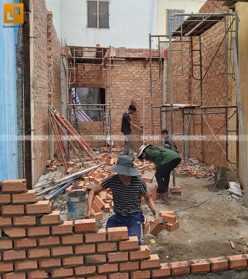 Công nhân xây tường ngăn các phòng ở tầng trệt