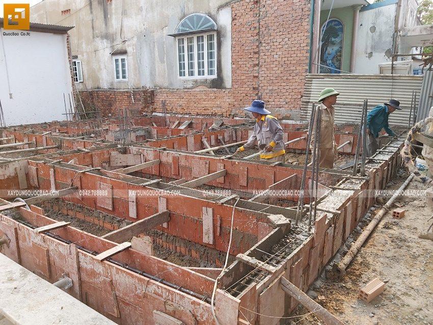 Công tác lắp đặt ván khuôn cốp pha để đô bê tông dầm móng biệt thự