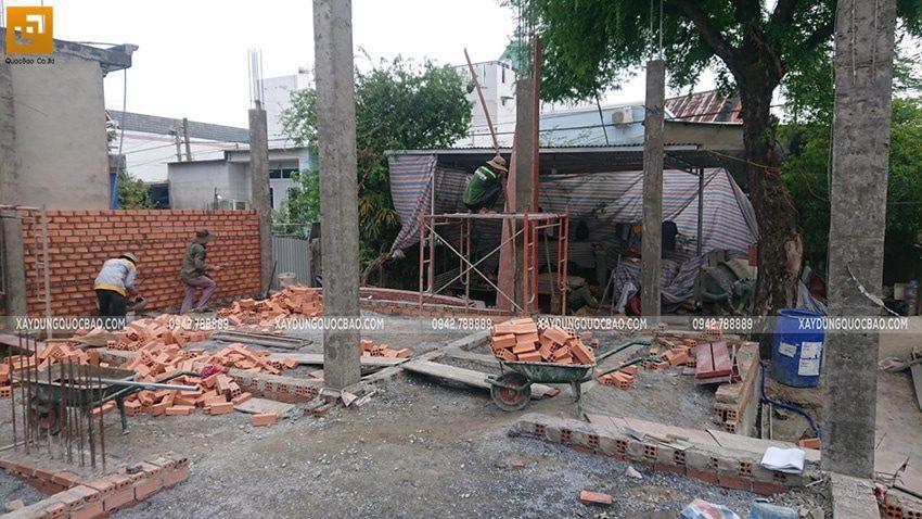Lắp dựng cốp pha và đổ bê tông trụ, cột ở tầng trệt