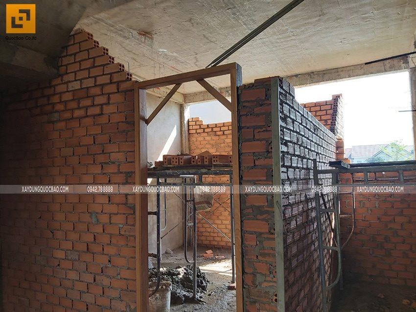 Lắp đặt khuôn cửa gỗ của phòng ngủ