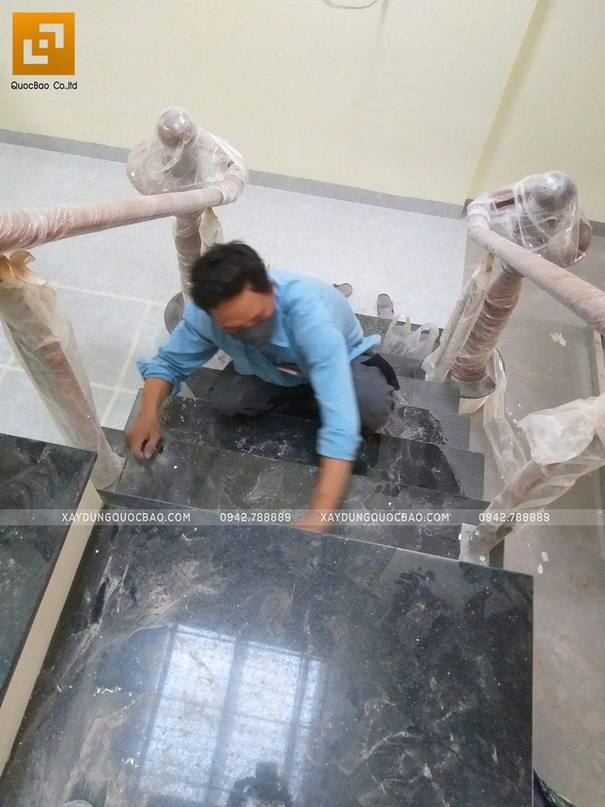 Công tác vệ sinh lan can cầu thang