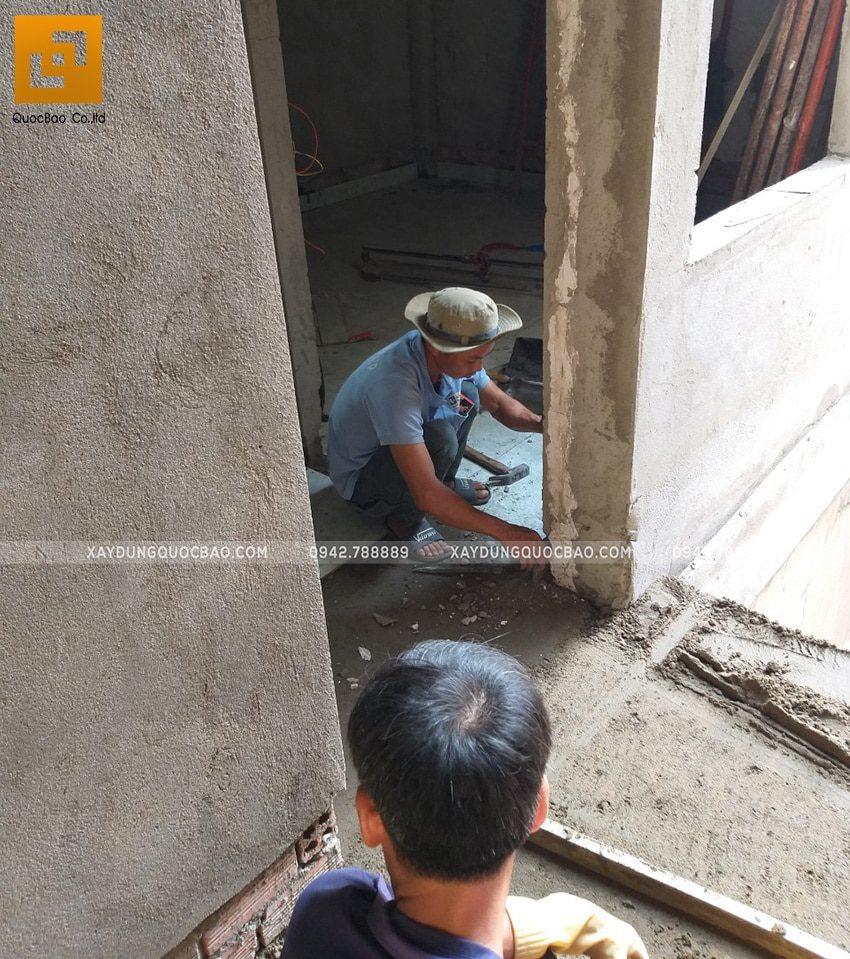 Thi công đi len chân tường để tăng tính thẩm mỹ cho ngôi nhà