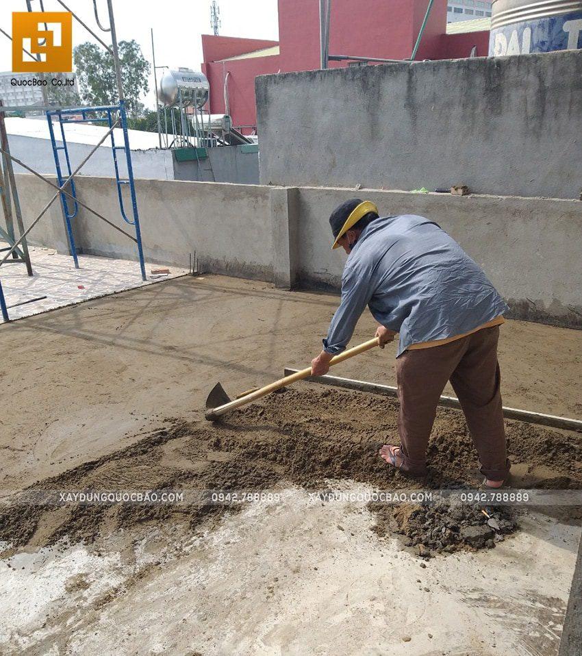 Công nhân thi công cán nền tầng tum của ngôi nhà