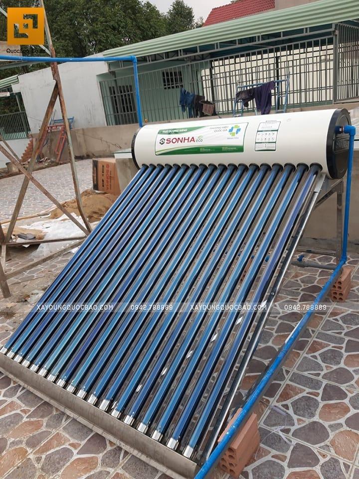 Lắp đặt hệ thống nước nóng sử dụng năng lượng mặt trời đặt trên sân thượng