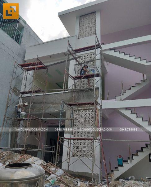 Công nhân thi công sơn nước ngoại thất mặt tiền nhà phố
