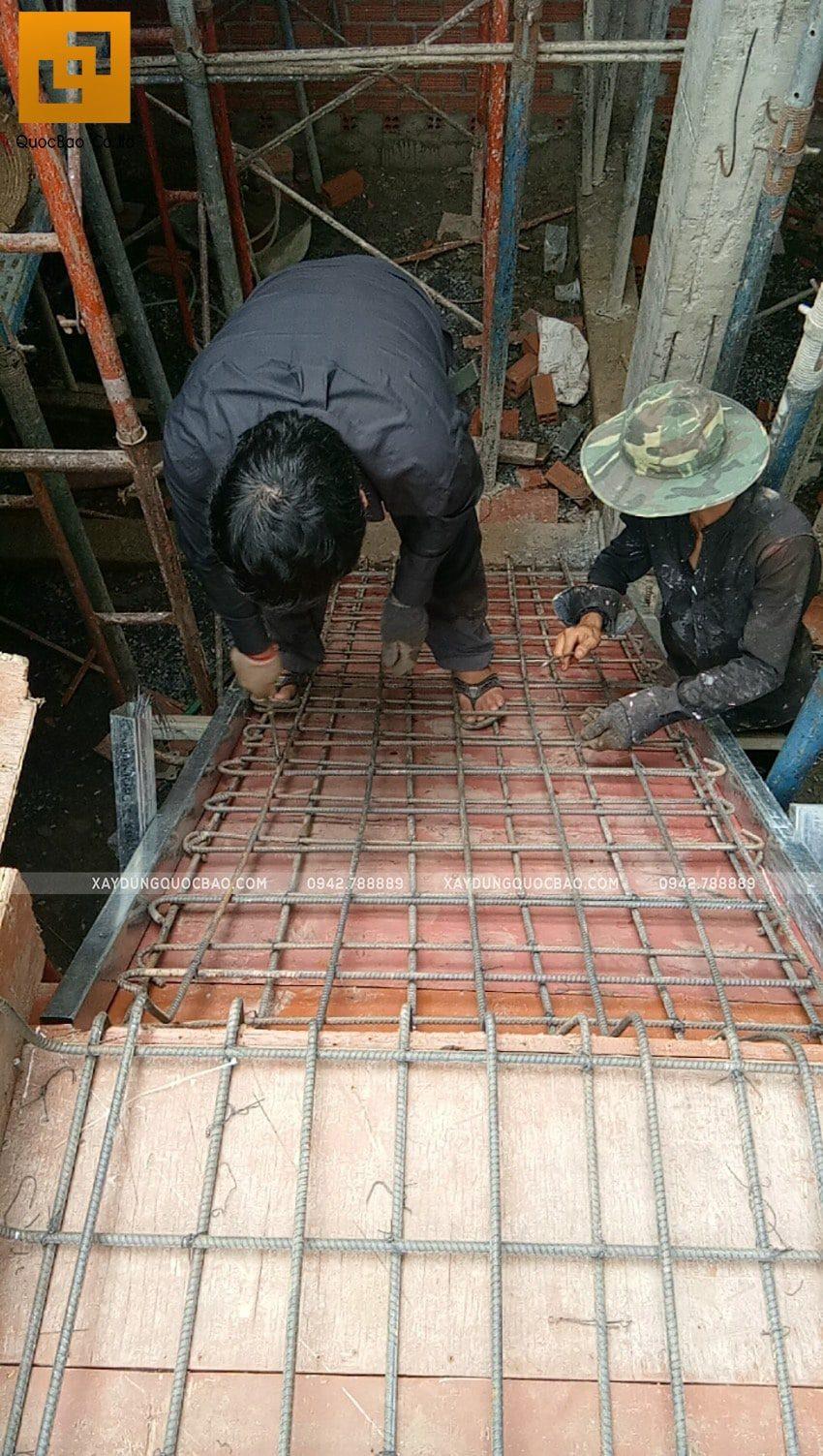 Công nhân đan thép khu vực cầu thang