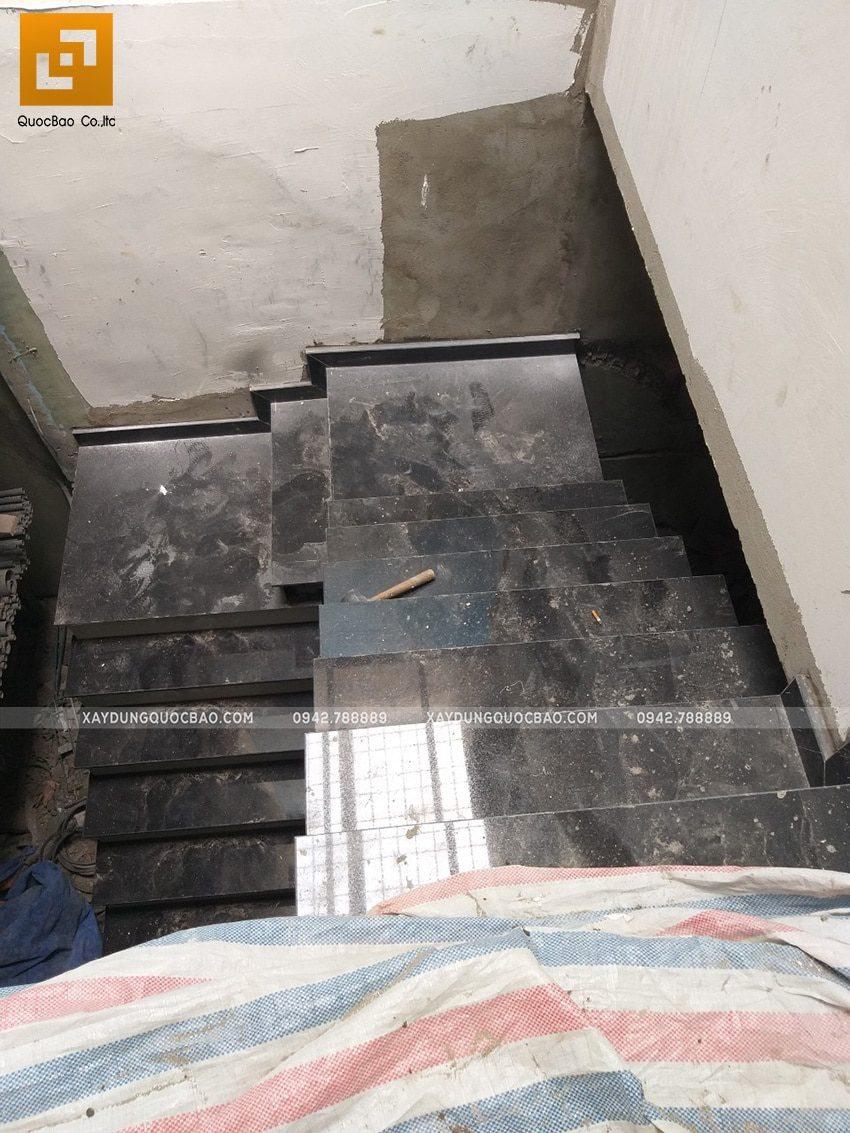 Lắp đặt ốp đá hoa cương cầu thang trong nhà