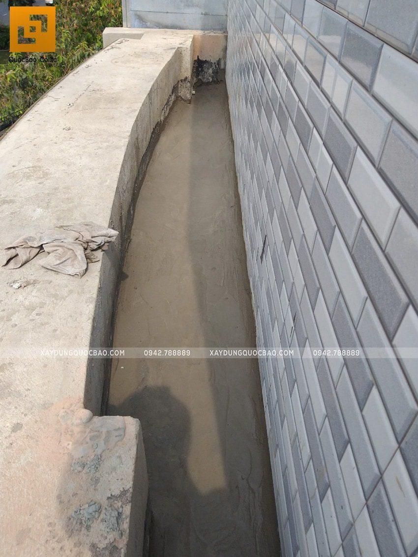 Lắp đặt gạch thẻ ốp tường ở mặt tiền nhà