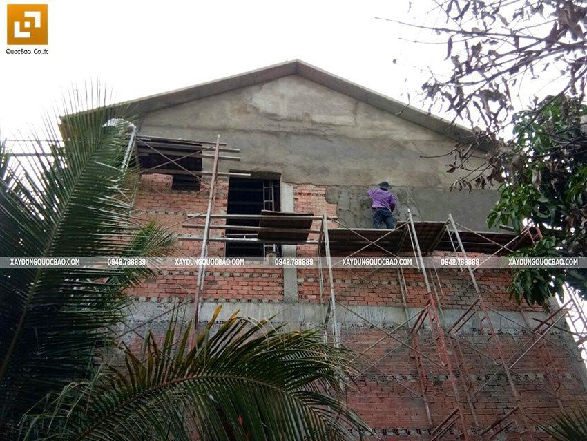 Thi công tô trát xi măng các bức tường phía bên ngoài