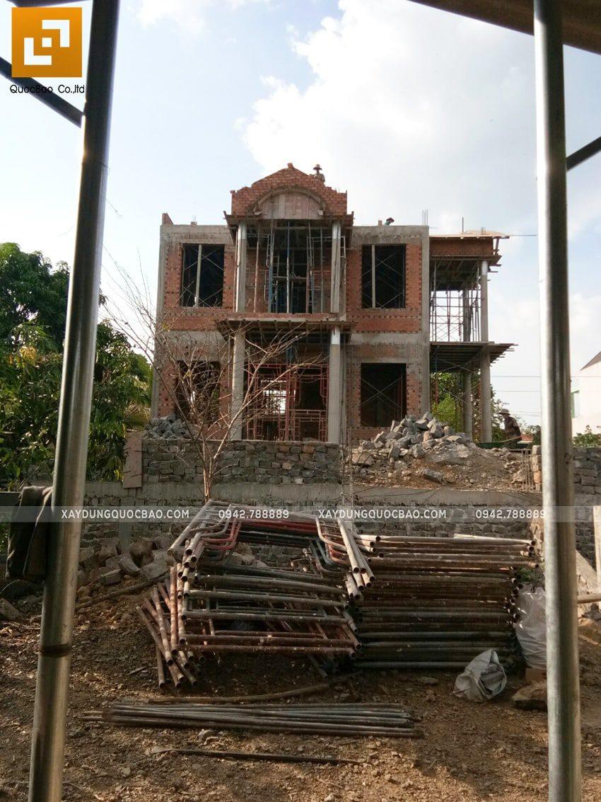 Thi công phần thô ngoại thất biệt thự 2 tầng - Ảnh 9