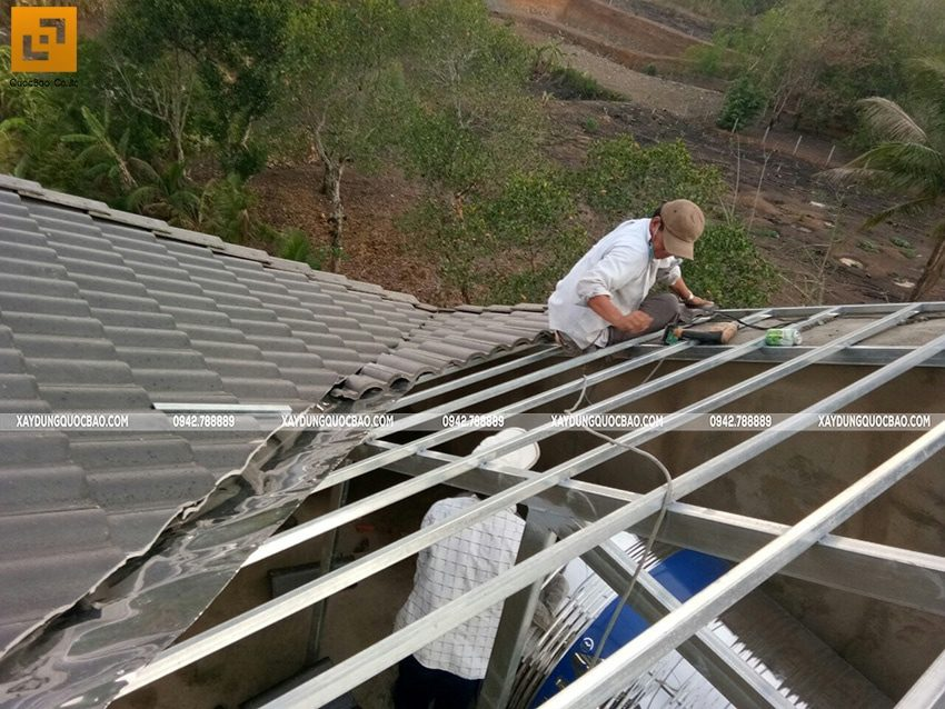 Công tác lợp mái ngói biệt thự - Ảnh 2