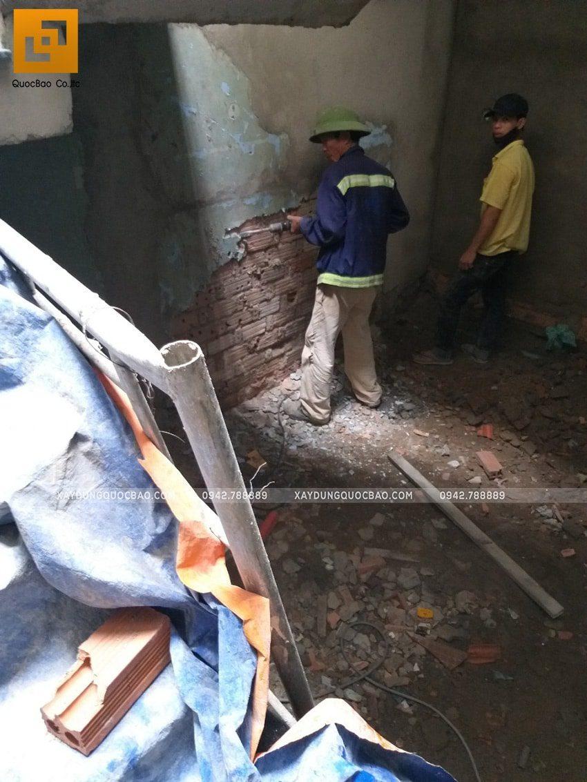 Công nhân thi công phần thô cải tạo nhà phố 2 tầng