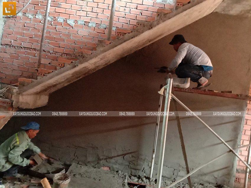 Tô trát xi măng khu vực chân cầu thang