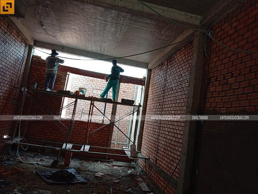 Xây tường ngăn giữa các phòng chức năng bên trong nhà