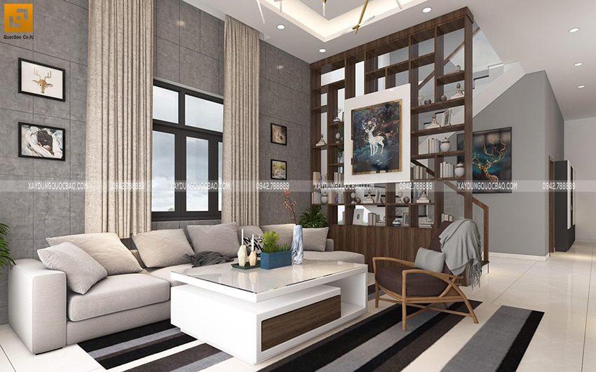 Bộ bàn ghế salon đơn giản nhưng tinh tế đặt ngay chính giữa phòng khách. Vách ngăn cầu thang được trang trí bằng nhiều vật dụng sang trọng.