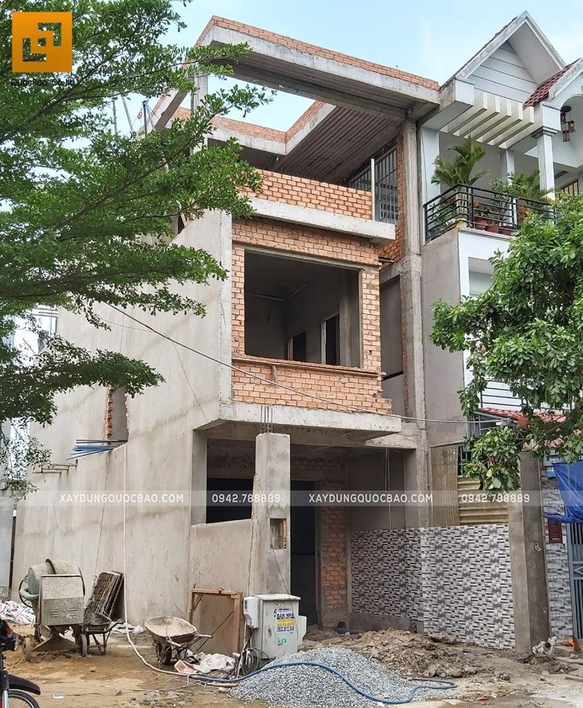 Ngôi nhà hiện đại sau khi tô xong các bức tường phía ngoài