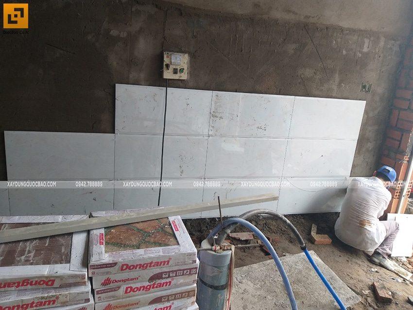 Công tác ốp lát gạch tường phòng ngủ - Ảnh 1