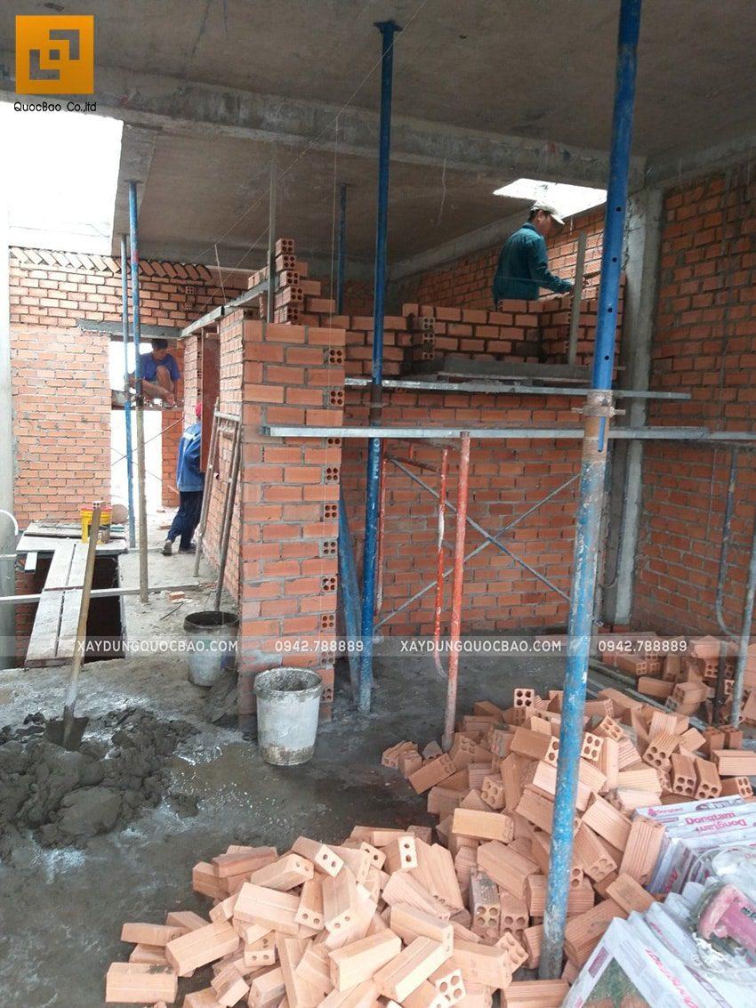 Bên trong căn nhà đội thi công đang hoàn thiện những bức tường ngăn giữa các phòng