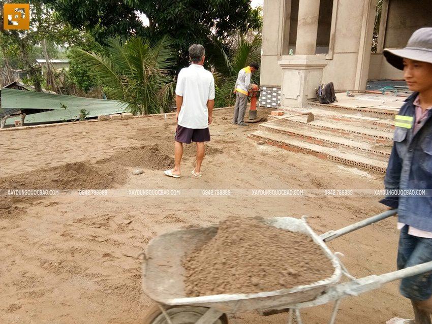 Đổ đất tạo mặt phẳng và thi công phần sân