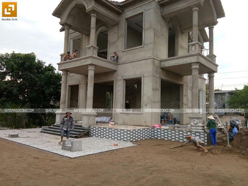 Công nhân đang ốp gạch nền sân Biệt thự
