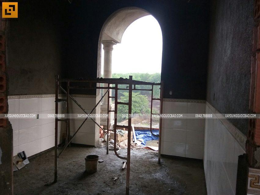 Công tác thi công ốp gạch tường quanh phòng ngủ