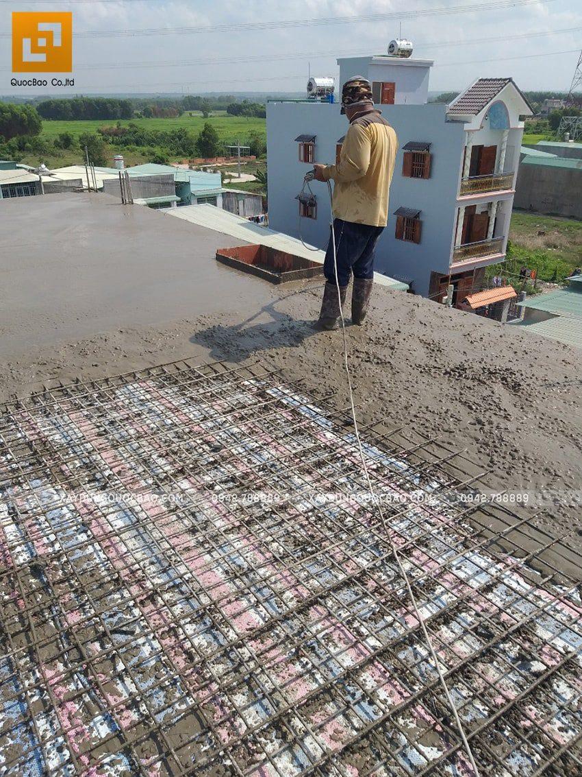 Công nhân đang tiến hành đổ bê tông phần mái nhà - Ảnh 2