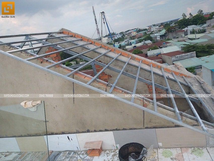 Lắp đặt khung thép ở sàn mái, chuẩn bị lợp gạch