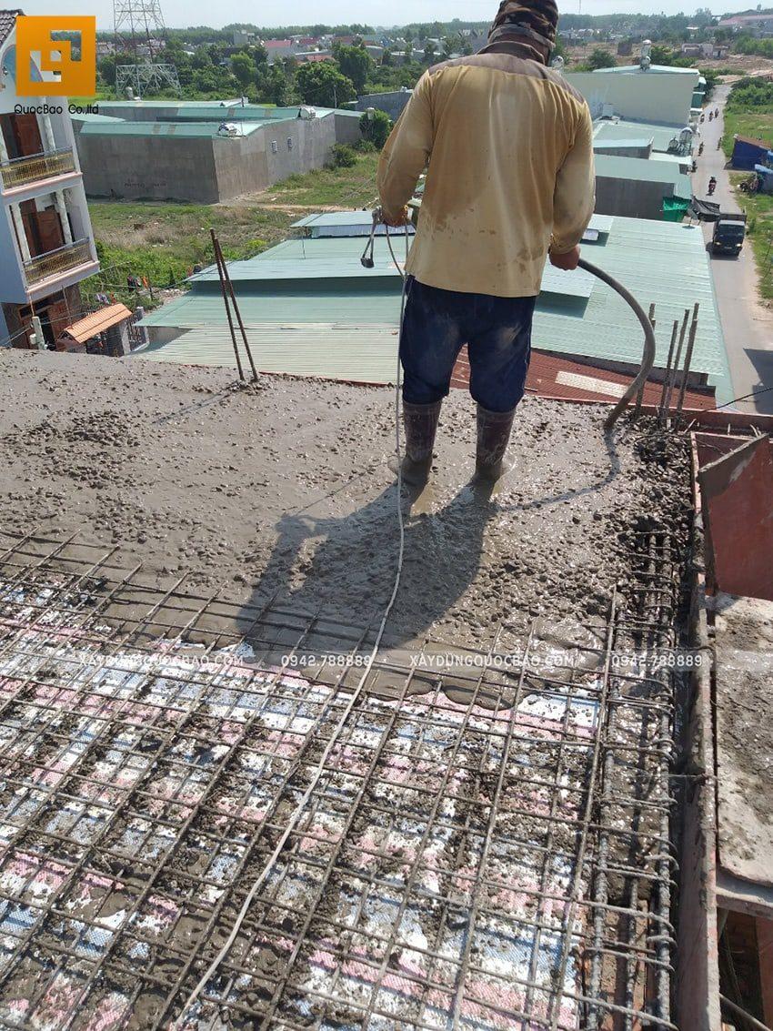 Công nhân đang tiến hành đổ bê tông phần mái nhà - Ảnh 1