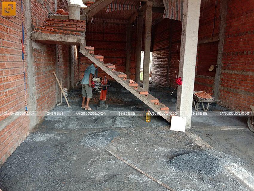 Dùng máy đầm gia cố sàn tầng trệt