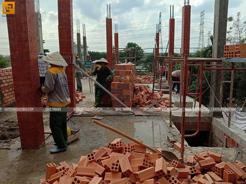 Đóng ván khuôn cofa cột trụ ở lầu 1 - Ảnh 1