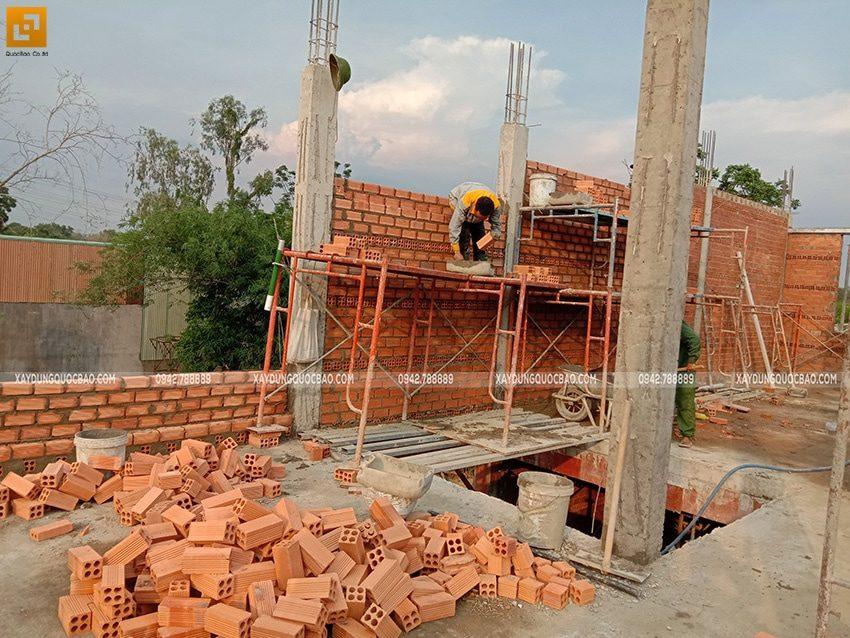 Công nhân xây tường tại lầu 1 - Ảnh 2