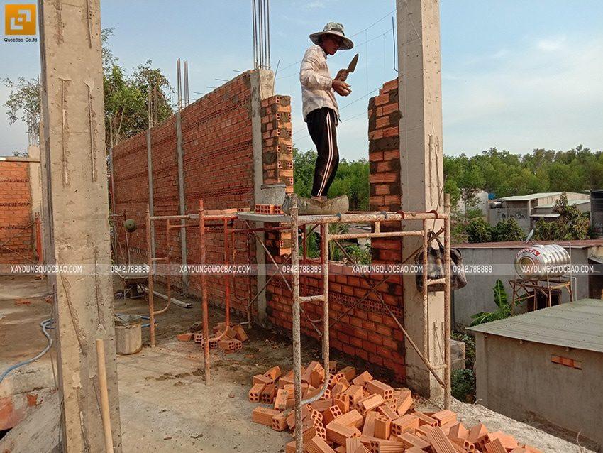 Công nhân xây tường tại lầu 1 - Ảnh 3