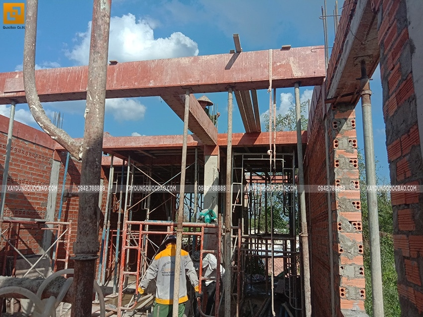 Các bức tường đã được xây xong, tiếp tục dựng cofa dầm, sàn phần mái - Ảnh 2