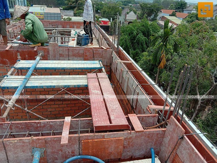 Các bức tường đã được xây xong, tiếp tục dựng cofa dầm, sàn phần mái - Ảnh 3