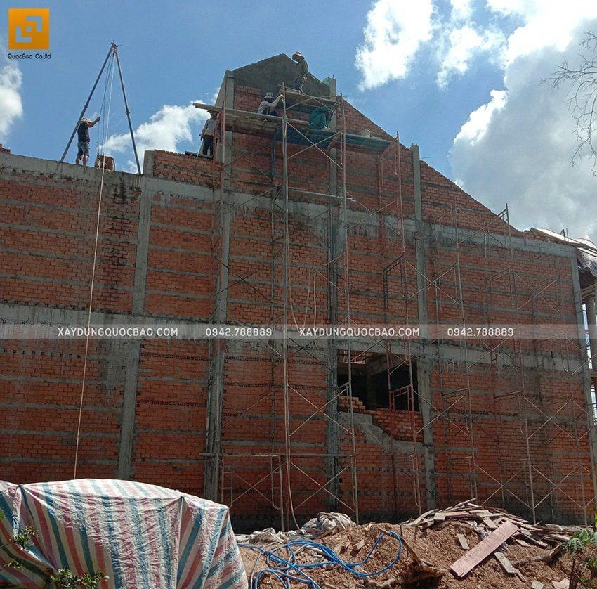 Công nhân bắt đầu công tác tô trát xi măng mảng tường bên ngoài nhà - Ảnh 1