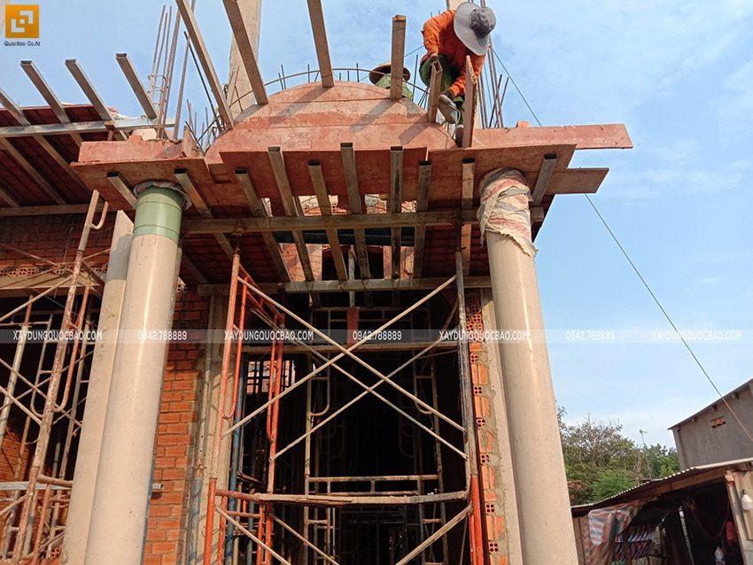 Công nhân đóng cốp pha để dựng các hình khối trang trí tại mặt tiền - Ảnh 2