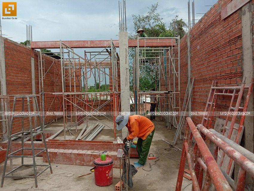 Các bức tường đã được xây xong, tiếp tục dựng cofa dầm, sàn phần mái - Ảnh 1
