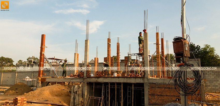 Lắp đặt ván khuôn cofa cột, trụ lầu 1