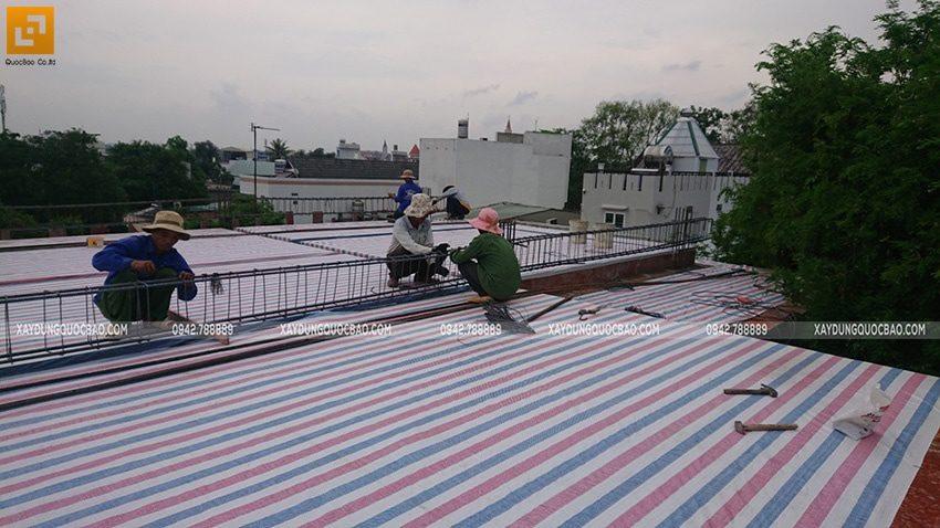 Thi công đan ghép khung cốt thép 2 lớp tại sàn mái - Ảnh 3
