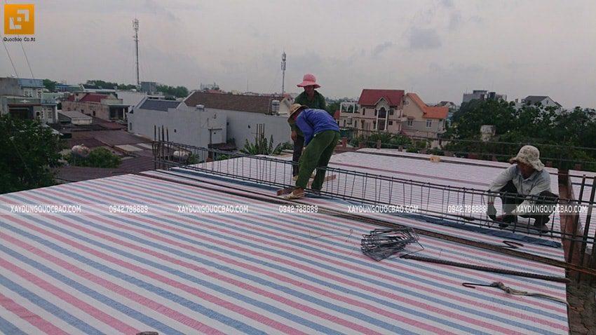 Thi công đan ghép khung cốt thép 2 lớp tại sàn mái - Ảnh 2