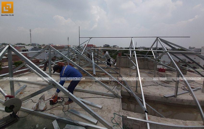Lắp đặt khung sắt vì kèo mái nhà để chuẩn bị lợp ngói - Ảnh 1