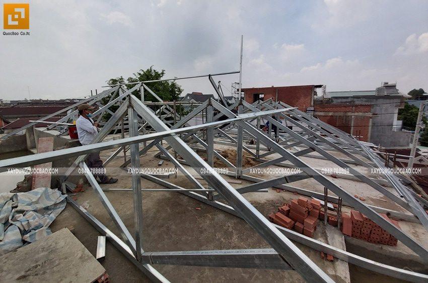 Lắp đặt khung sắt vì kèo mái nhà để chuẩn bị lợp ngói - Ảnh 2