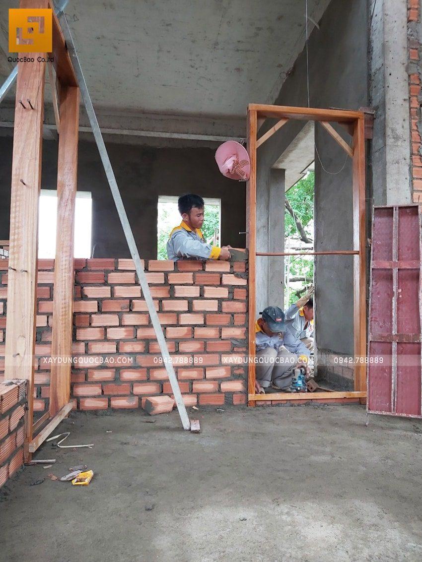 Công nhân xây tường ngăn các phòng - Ảnh 3
