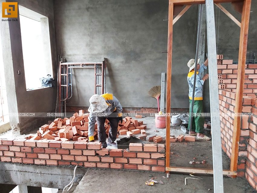 Công nhân xây tường ngăn các phòng - Ảnh 1