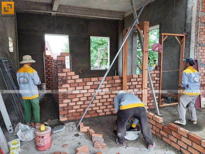 Công nhân xây tường ngăn các phòng - Ảnh 2