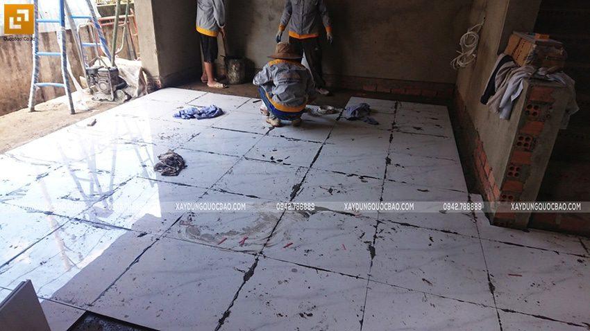 Công nhân thi công lát gạch nền nhà - Ảnh 1