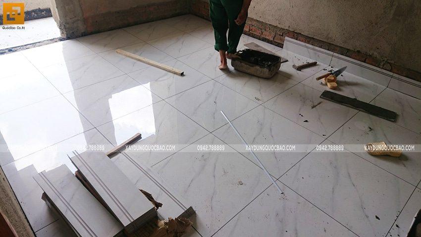 Công nhân thi công lát gạch nền nhà - Ảnh 2